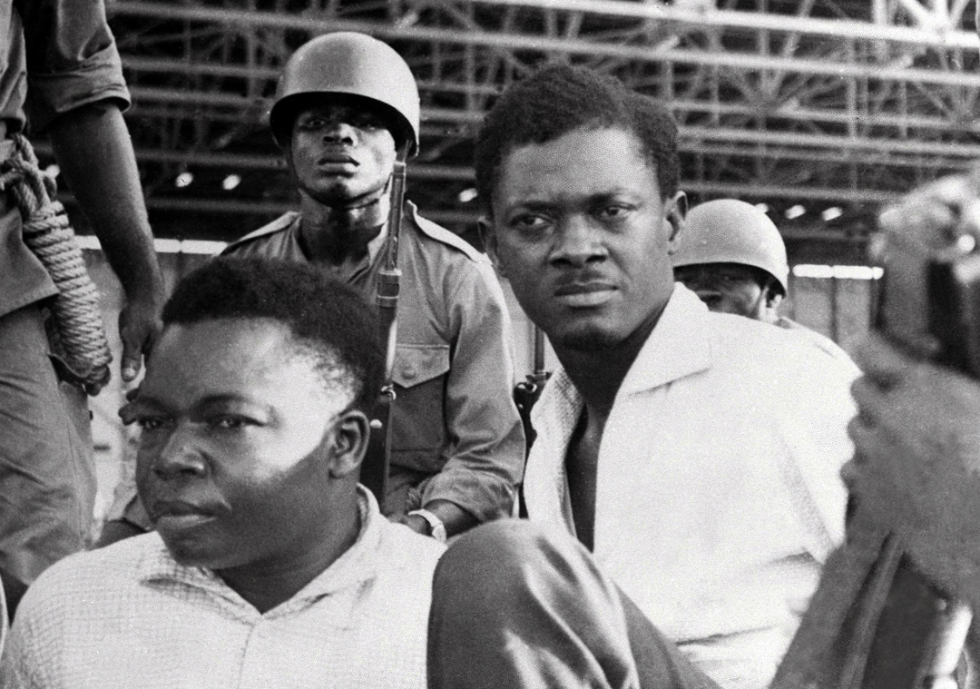 Joseph Okito (à g.), vice-président du Sénat, et Patrice Lumumba (à dr.), Premier ministre, à Léopoldville au Congo-Kinshasa, en décembre 1960.