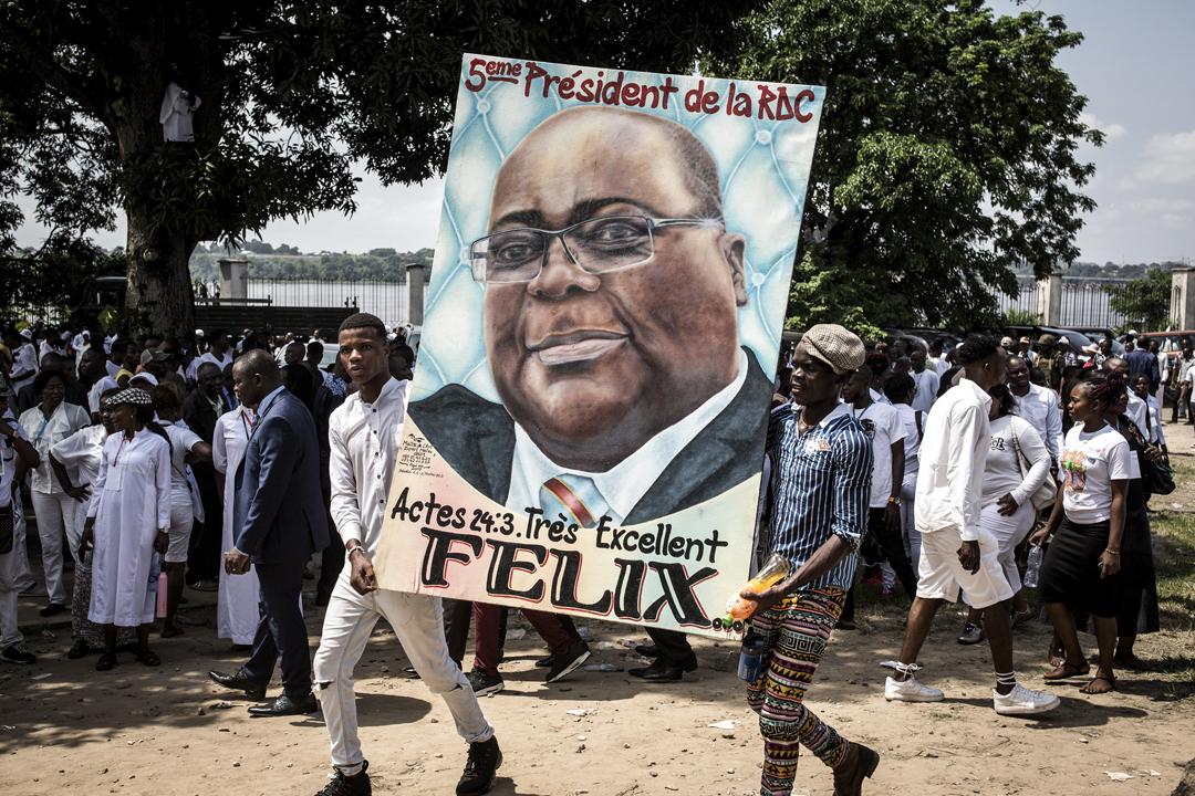 Des manifestants brandissent un portrait du président Félix Tshisekedi le jour de sa prestation de serment, le 24 janvier 2019, à Kinshasa.
