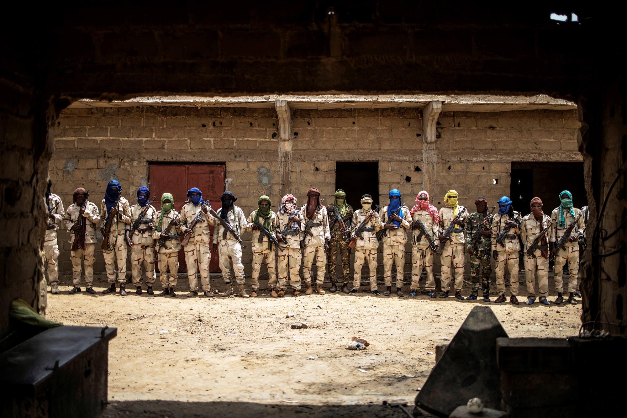 Ex-combattants jihadistes attendant d'être désarmés, dans un camp de Sévaré (centre du Mali) dirigé par l'homme d'affaires Sékou Bolly, en juillet 2019.