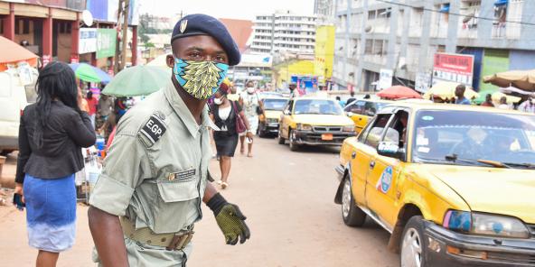 Un officier de police en faction à Yaoundé, le 23 avril 2020.