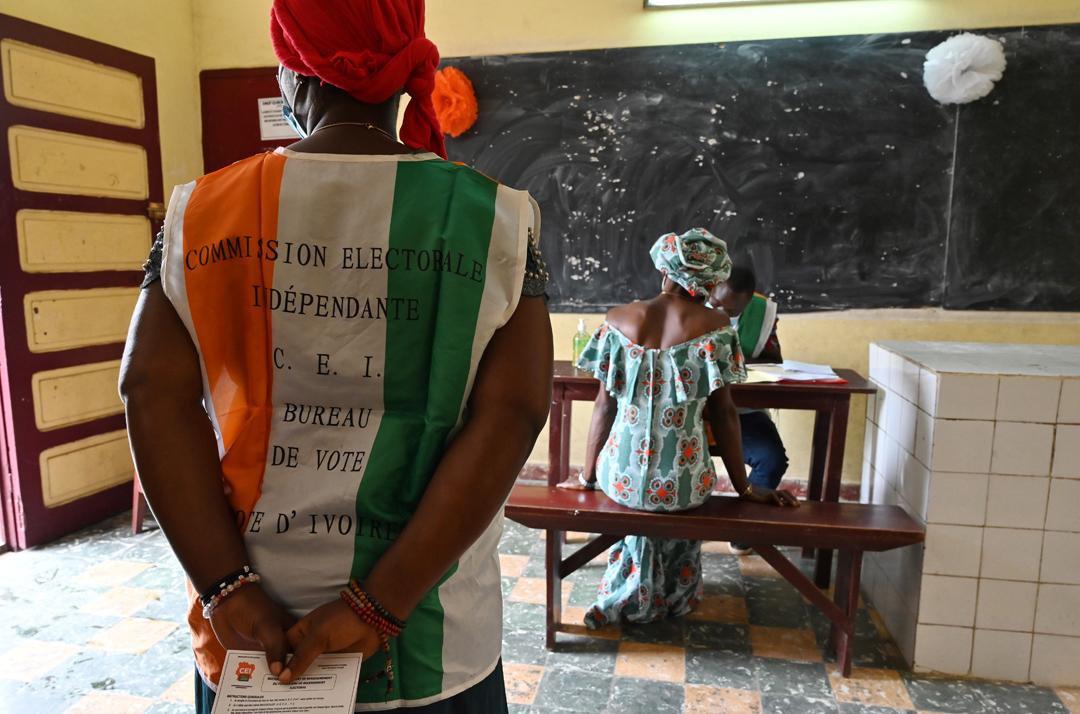 La commission électorale ivoirienne inscrit une électrice sur les listes, le 10 juin 2020, à Yopougon.