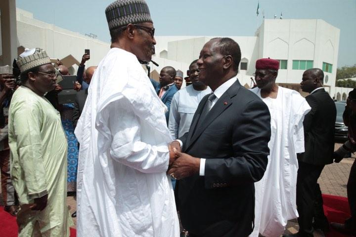 Le président ivoirien Alassane Ouattara et son homologue nigérian, Muhammadu Buhari, le 30 octobre 2017 à Abidjan.au Palais de la Présidence d'Abuja.