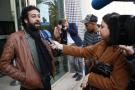Le journaliste-activiste Omar Radi s'adressant aux médias à sa sortie d'audition.