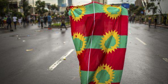 Un homme brandit le drapeau de l'Oromo Liberation Front (OLF), à Addis Ababa, en septembre 2015.
