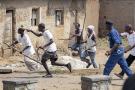 Des Imbonerakure pourchassent des manifestants de l'opposition, sans en être empêchés par les forces de l'ordre, à Bujumbura, le 25 mai 2015