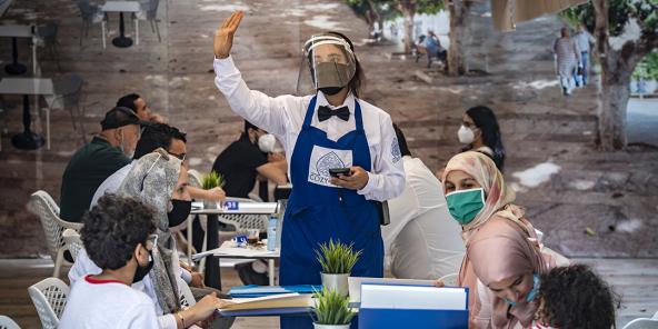 An engem Café zu Rabat, de 25. Juni 2020. Droen vun enger Maske ass wesentlech.