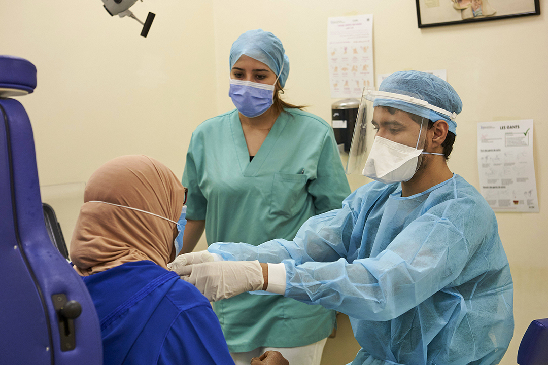 Le professeur Said Anajar porte un masque de protection pour éviter la contamination par le Covid-19 alors qu'il examine un patient au Cheikh Hopital de Khalifa à Casablanca, le 11 juin 2020.