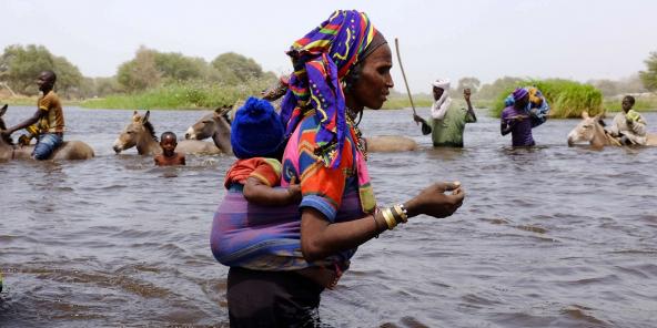 Une femme peule et son enfant, dans la région du Lac Tchad, au Tchad, en 2015.