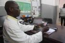 Le professeur Ousmane Faye, chef du service de dermatologie au sein du Centre national d'appui à la lutte contre la maladie, à Bamako, en 2017.