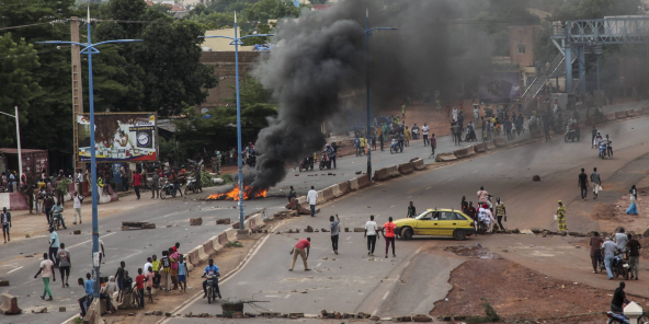 Des manifestants anti-gouvernement brûlent des pneus et barricadent les routes dans la capitale malienne, Bamako, le 10 juillet 2020.