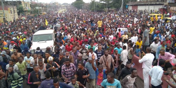 Plusieurs milliers de personnes, dont l'opposant Jean-Pierre Bemba, ont manifesté à Kinshasa, ce 13 juillet, avant que la marche, interdite par les autorités, ne soit dispersée.