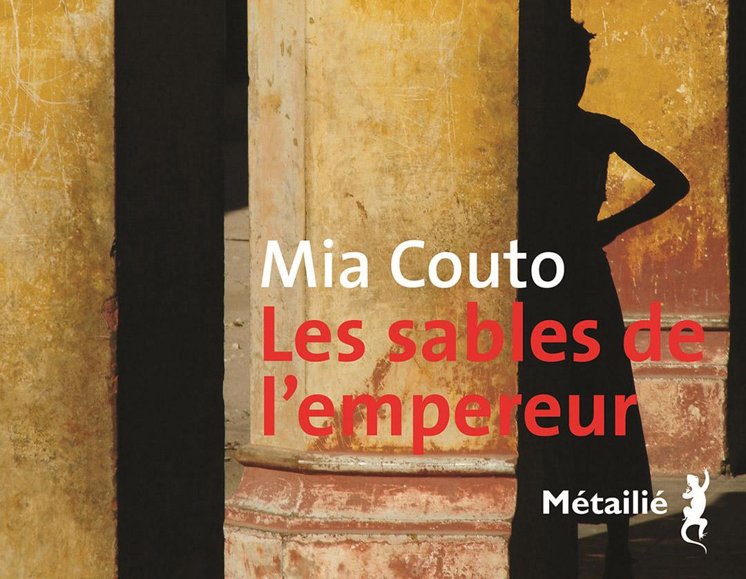 """Le nouveau roman du Mozambicain Mia Couto, """"Les Sables de l'empereur"""", édité chez Métailié, réunit trois livres initialement publiés en portugais."""
