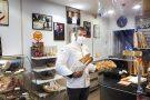 Le boulanger Ridha Khadher, fournisseur officiel de l'Élysée, offre le petit déjeuner aux soignants.