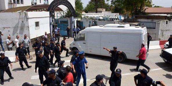 Une fourgonnette transportant l'ancien Premier ministre algérien Abdelmalek Sellal arrive à la prison El Harrach d'Alger, en Algérie, le 13 juin 2019.