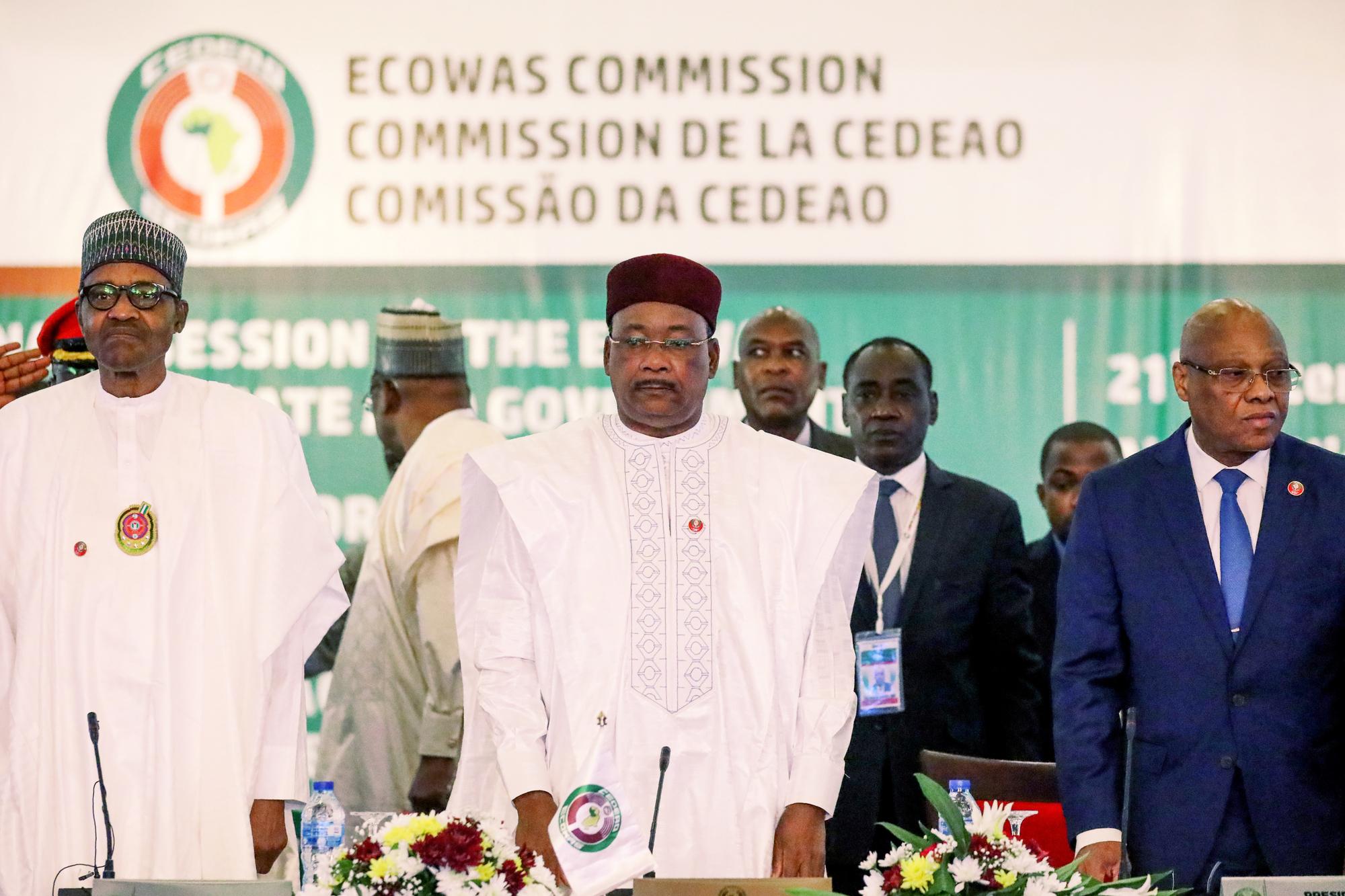Le 21décembre 2019, au siège de la Communauté, à Abuja. De g. à dr.: le chef de l'État nigérian, Muhammadu Buhari ; son homologue nigérien, Mahamadou Issoufou, président en exercice de l'institution ; et l'Ivoirien Jean-Claude Kassi Brou, président de la Commission de la Cedeao.