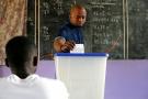 Dans un bureau de vote à Abidjan, en 2016. (Illustration)