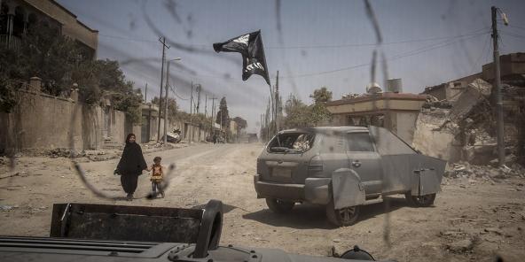 Des Forces spéciales irakiennes avec un véhicule de l'EI, à Mossoul.