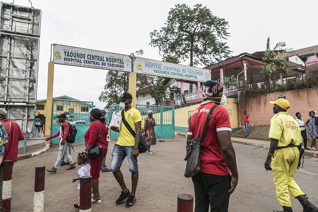 Devant l'hôpital général de Yaoundé, le 6 mars 2020.