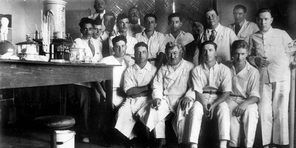 Den Dokter Jamot a seng Equipe, am Kamerun, am Joer 1930.