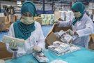 Emballage de masques jetablesà l'usine Soft Tech à Casablanca