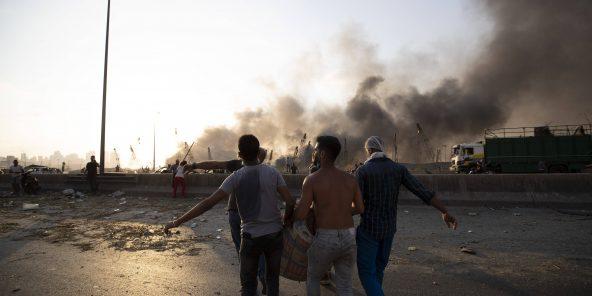 Des libanais portent un blessé après la double explosion du 4 août.