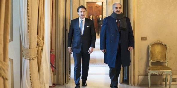 Le président du Conseil italien Giuseppe Conte et le maréchal libyen Khalifa Haftar au palais Chigi, à Rome, le 8 janvier 2020.