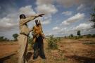 Un officiel du ministère de l'Environnement discute avec un agriculteur près de Kouré, où huit personnes ont été tuées par des hommes armés le 9 août 2020 (photo d'illustration).