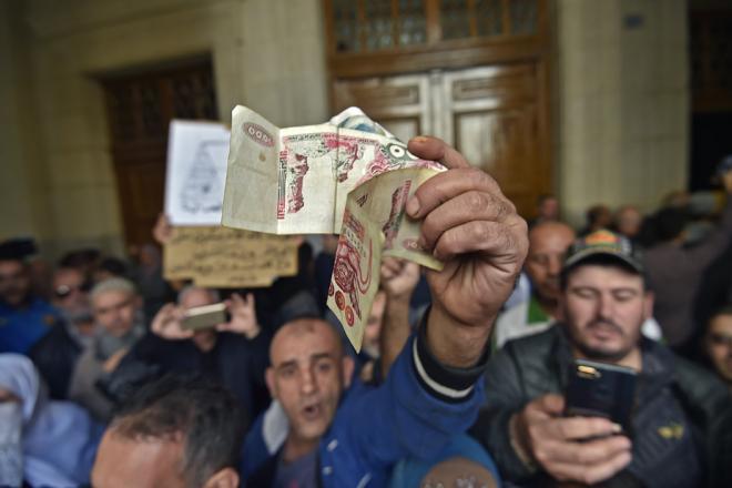 Les Algériens au bord de la crise de nerfs par manque de cash