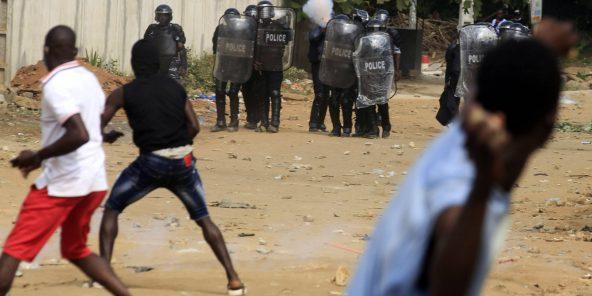 Des manifestants opposés à une candidature d'Alassane Ouattara a un troisième mandat affrontent les forces de l'ordre, à Abidjan, le 13 août 2020.