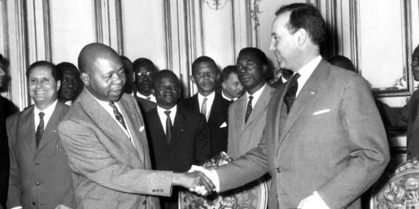 Poignée de main entre Léon Mba, Premier ministre du Gabon et Michel Debré Premier ministre français, aprés la signature des accords entre la France et le Gabon, qui scellent l'Indépendance du Gabon, le 15 juillet 1960.