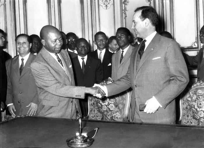 Poignée de main entre Léon Mba, Premier ministre du Gabon et Michel Debré, Premier ministre français, après la signature des accords qui scellent l'Indépendance du Gabon, le 15 juillet 1960.