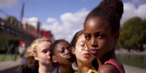 «Mignonnes», de la réalisatrice Maïmouna Doucouré, décrit sans lourdeur deux systèmes antagonistes qui s'imposent aux femmes en devenir: la tradition et les réseaux sociaux.