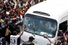 Didier Drogba accueilli par ses supporters après le dépôt de sa candidature au siège de la FIF, à Treichville, le 1er août 2020.