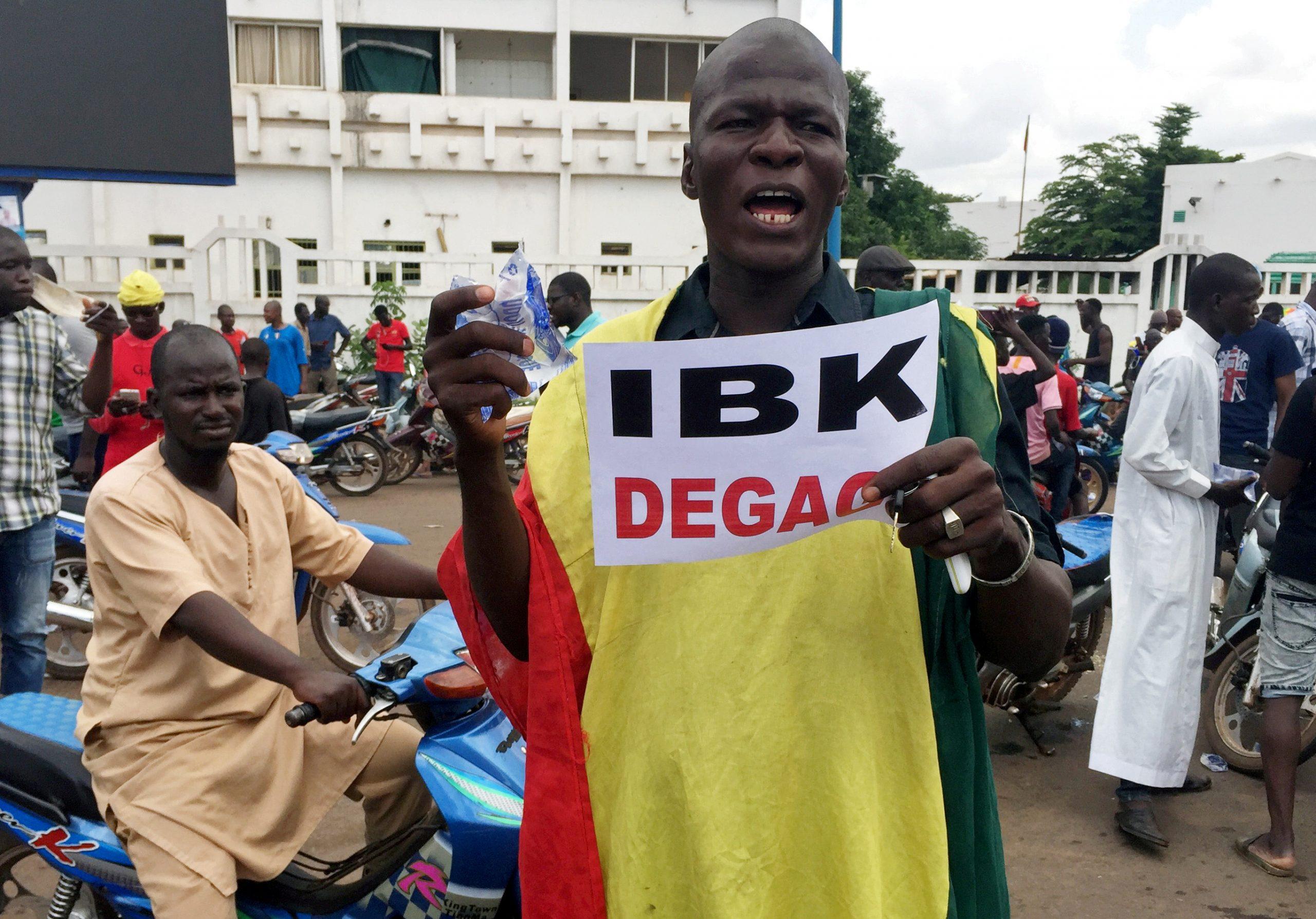 Des manifestants anti-IBK ont convergé sur la place de l'Indépendance, ce mardi 18 août, quelques heures après une mutinerie dans le camps militaire de Kati, près de Bamako.