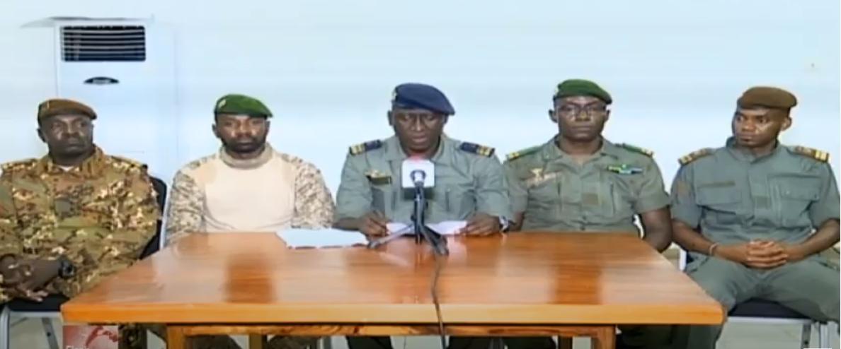 Le Comité national du salut du peuple (CNSP), lors d'une allocution télévisée, le 19 août 2020. De gauche à droite : Modibo Koné, Assimi Goïta, Ismaël Wagué, Malick Diaw, Sadio Camara.