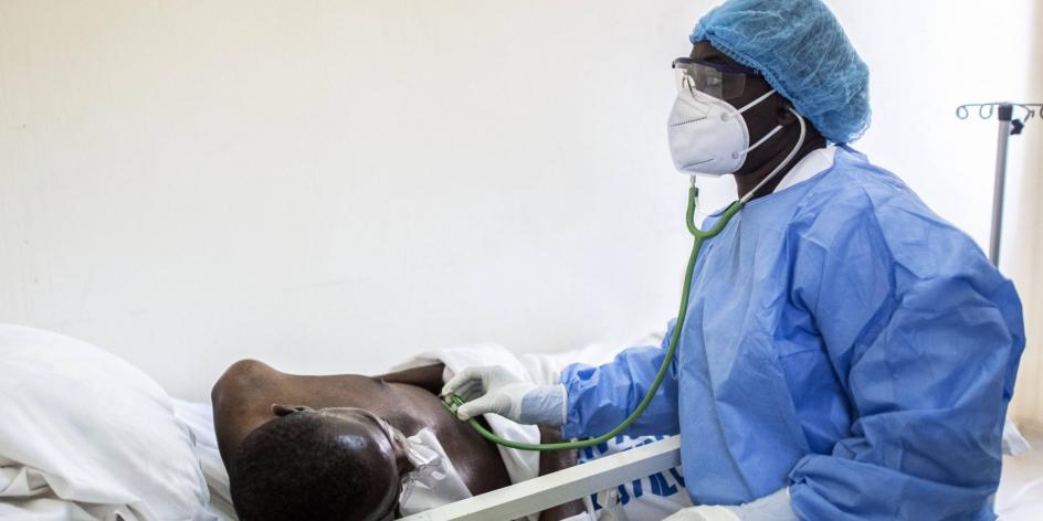 Un médecin ausculte un patient atteint du Covid-19, en mai 2020 à Dakar.