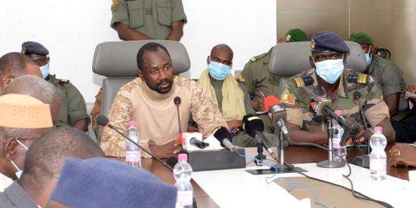 Le colonel Assimi Goïta, président du CNSP, lors d'une réunion au ministère de la Défense, le 19 août 2020 à Bamako.