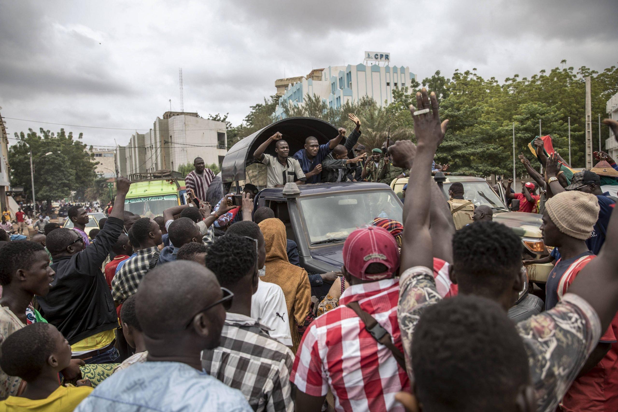 Des manifestants saluent un convoi de militaires, le 19 août 2020 à Bamako, au lendemain du coup d'État.