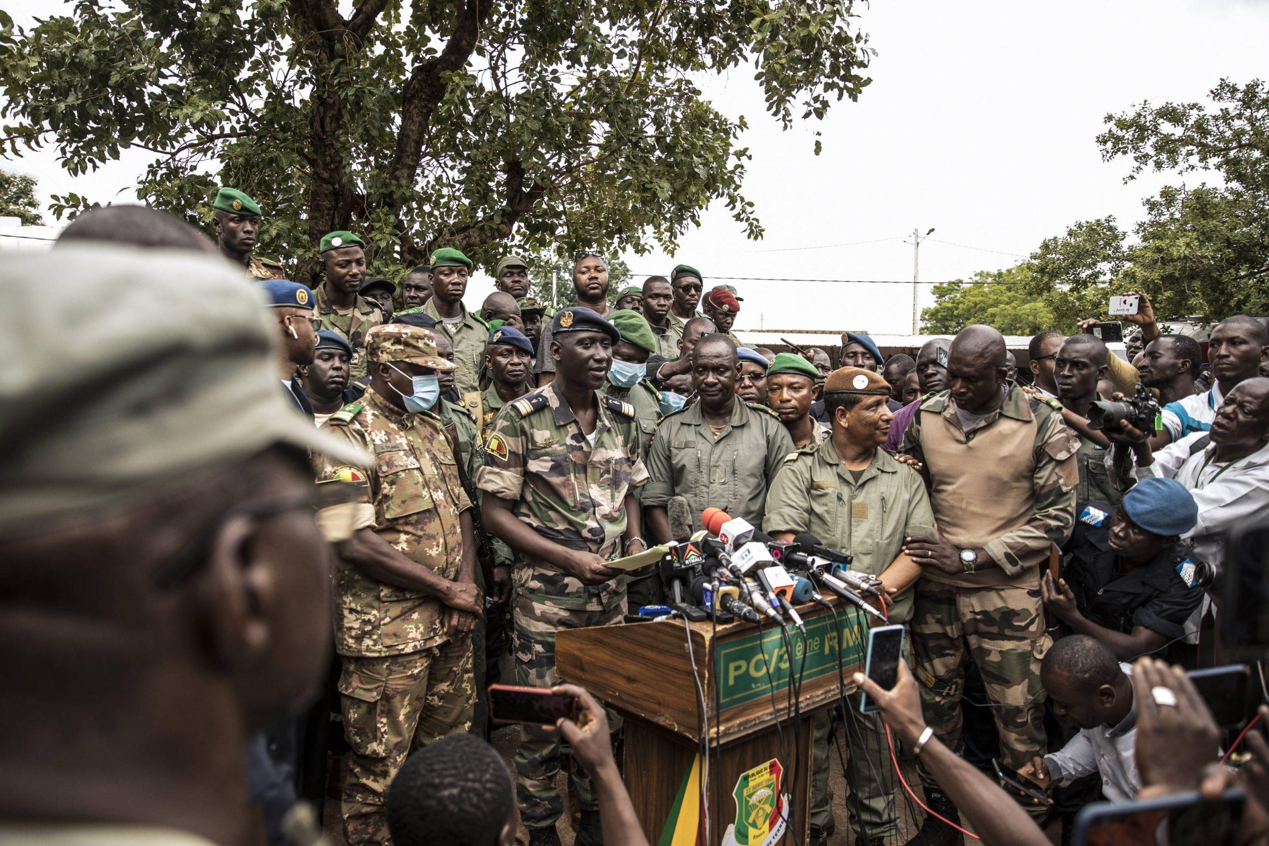 Le colonel-major Ismaël Wagué, porte-parole du CNSP, au centre, lors d'un point presse au camp de Kati, le 19 août 2020.