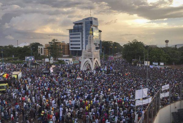Des Maliens célèbrent le départ d'Ibrahim Boubacar Keïta à Bamako, le 21 août 2020.