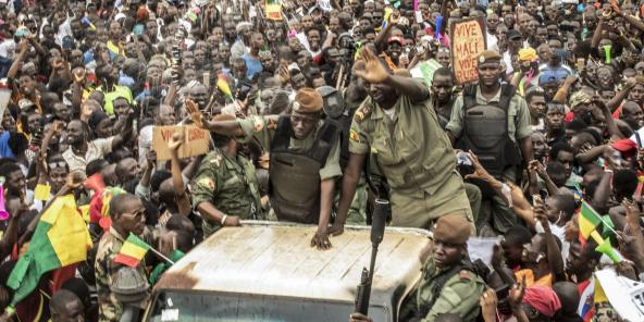 Un représentant de la junte salue la foule en liesse venue célébrer le départ d'Ibrahim Boubacar Keïta, le 21 août 2020.