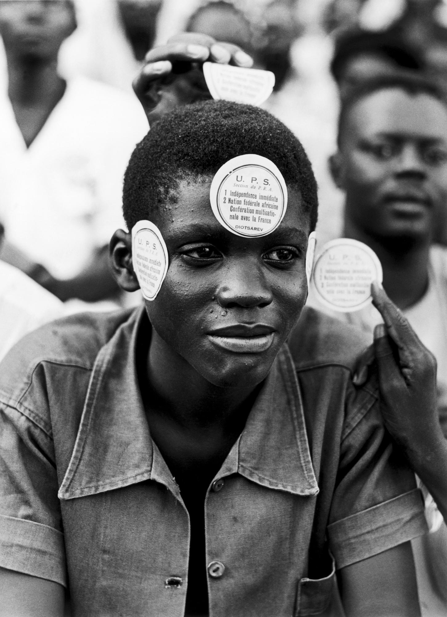 Un membre de l'Union progressive sénégalaise manifestant pour l'indépendance lors de la visite de De Gaulle, en août1958.
