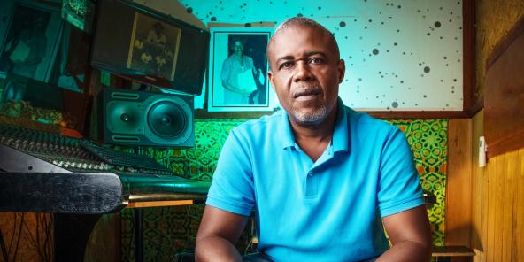 Moses, l'un des fils de Mamadou Doumbia, dans son studio d'enregistrement, à Yopougon