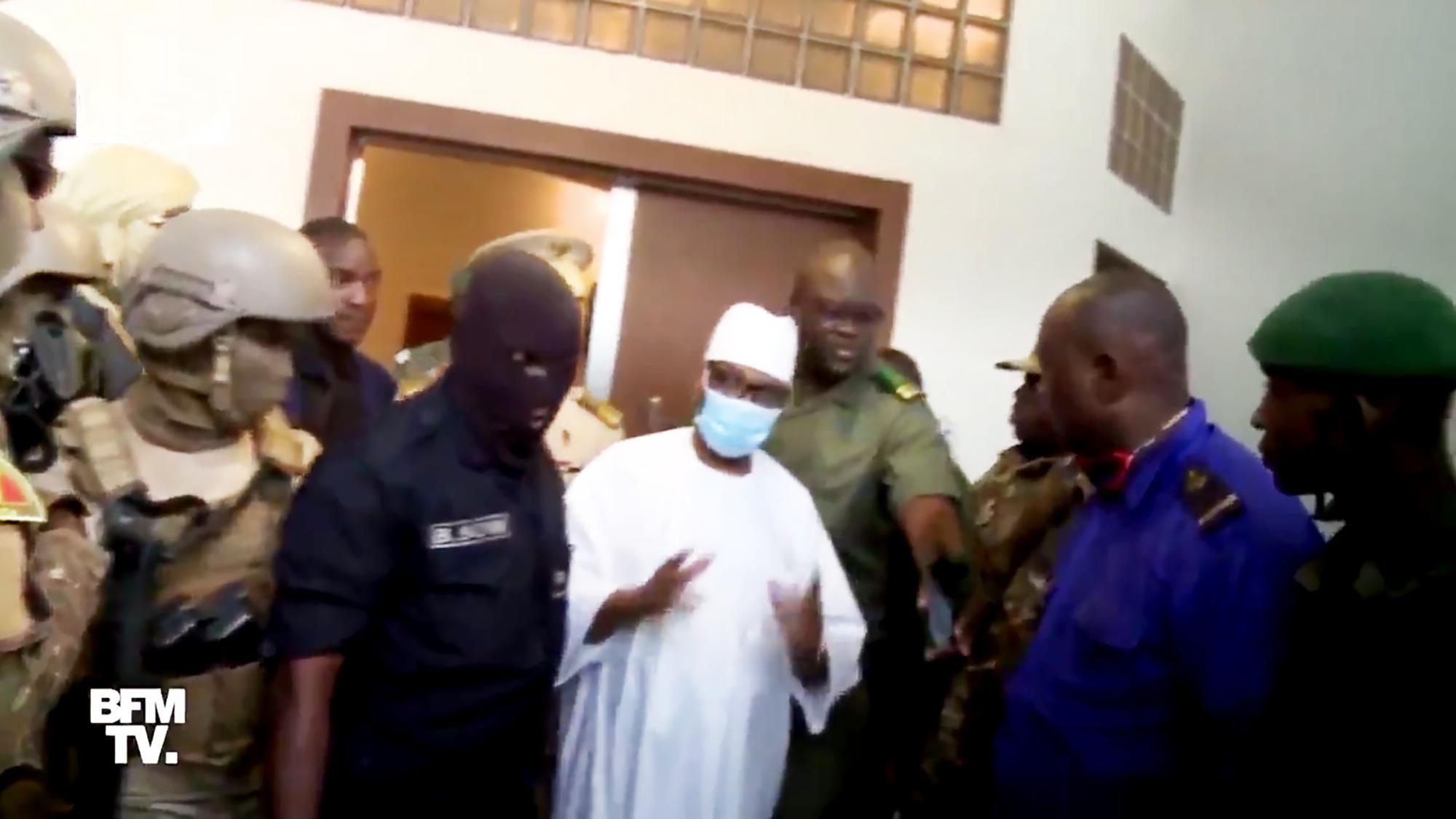 Selon un témoin, les mutins se montrent «courtois et polis» avec le chef de l'État. «Certains baissent la tête en signe de respect.»