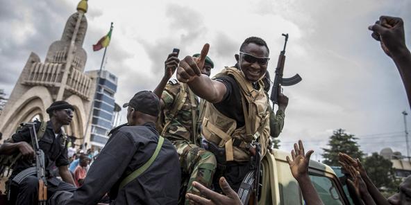 Des militaires fêtés par les Bamakois, le 19 août 2020.