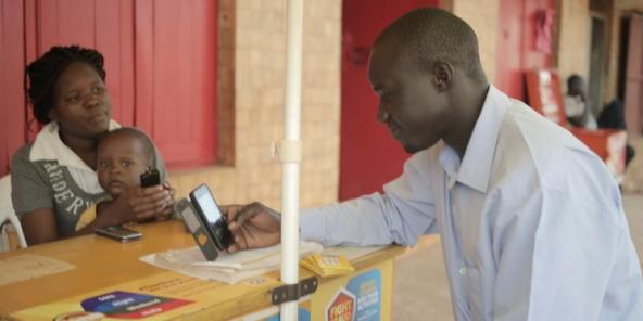 El client rep diners mitjançant el servei WorldRemit, Uganda