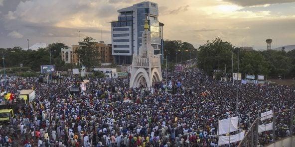 Des manifestants célèbrent la chute d'IBK à Bamako