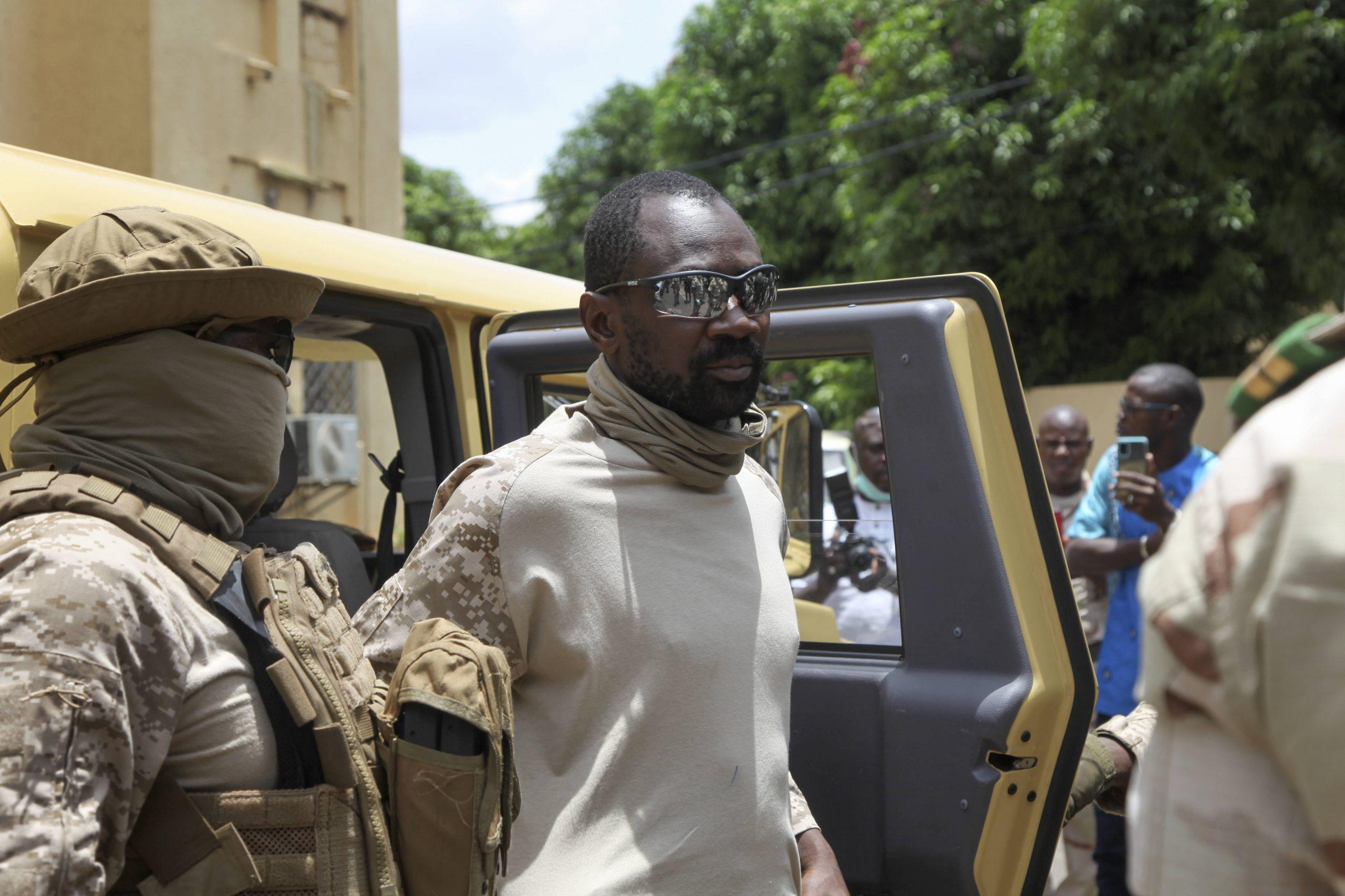 Le colonel Assimi Goïta, président du CNSP, avant une rencontre avec Goodluck Jonathan, le médiateur de la Cedeao, le 24 août 2020 à Bamako.