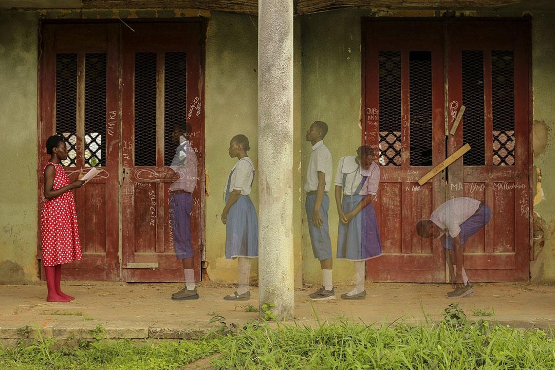 Pour sa série «Imaginary Trip II», réalisée dans le cadre des résidences photographiques du Quai Branly, Gosette Lubondo, née en 1993 à Kinshasa, s'est mise dans la peau d'Elikia («espérance»), une femme habillée en robe rouge à pois blancs, alter ego congolais d'Alice au pays des merveilles.