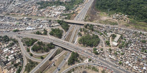 Vue aérienne de la capitale économique ivoirienne et de l'autoroute du Nord.